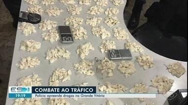 Polícia apreende drogas, armas e munições na Grande Vitória - Em Vitória, casa era usada como ponto de venda de drogas. Na Serra, cães farejadores foram utilizados em operação.