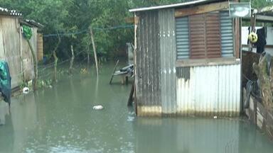 Chuva mantém bairros de Mogi das Cruzes alagados - Situação é complicada sobretudo nos bairros que margeiam a represa do Rio Jundiaí.