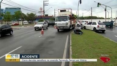 Carro bate em semáforo e deixa trânsito retido na avenida Fernando Ferrari, em Vitória - A motorista não se feriu. O acidente foi por volta de 6h30, da manhã desta sexta-feira (22). Às 7h30, o carro foi levado para o acostamento.