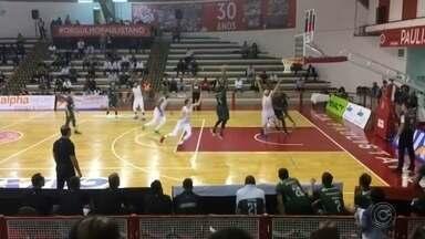 Bauru vence o Paulistano e se mantém na zona dos playoffs do NBB - Com cesta no último segundo, o Bauru Basket venceu o Paulistano fora de casa, por 76 a 74. Pivô Lucas Mariano marcou a cesta decisiva e foi o cestinha da partida, com 19 pontos.