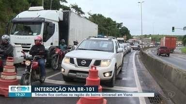 Construção de viaduto interdita a BR-101 em Viana, ES - O bloqueio, que durou apenas 11 minutos, causou reflexos no trânsito. Operação deve durar 30 horas e maior parte vai ser feita durante a noite e a madrugada.