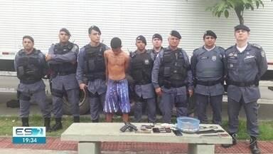 Três pessoas são presas em Viana durante operação da PM em cinco bairros - Cão farejador foi usado nas buscas.