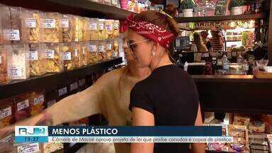 Câmara de Macaé aprova projeto de lei que proíbe canudos e copos de plástico - Assista a seguir.