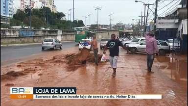Barranco desliza e invade loja de carros na Av. Heitor Dias, em Salvador - A lama invadiu a loja e causou prejuízos.
