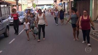Moradores de Barão de Cocais (MG) simulam fuga no caso de rompimento de barragem - Vale elevou o nível de alerta na barragem depois de aparelhos de monitoramento apontarem leitura divergente de dados.