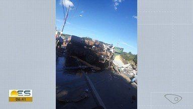 Acidente deixa um morto e dois feridos na ES-257 em Aracruz, ES - Carreta entrava de ré em uma madeireira quando foi atingida por um caminhão bitrem. Cargas ficaram espalhadas na via, que foi interditada.