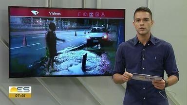Motorista fica com roda de carro grudada em bueiro em Vila Velha - Nesses casos, a prefeitura orienta entrar em contato pelo 162 ou pelo 0800 283 9059.