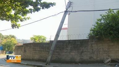 Poste de energia quebra e fica apoiado em um muro de condomínio, no bairro DIC - Poste está quebrado desde sábado (23) e está apoiado no muro de um condomínio no bairro DIC II.