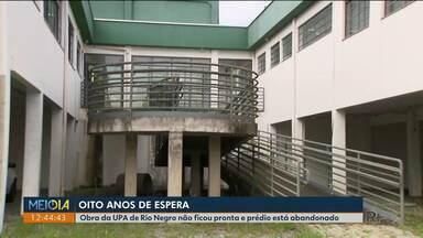 UPA de Rio Negro está em obras há oito anos - Mato está alto e há lixo por todo canto.
