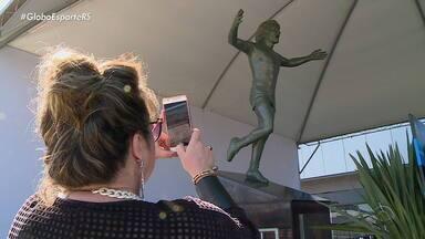 Após inauguração, torcedores visitam estátua em homenagem a Renato Portaluppi - Assista ao vídeo.