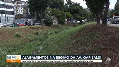 Moradores e comerciantes reclamam dos constantes alagamentos na Av. Garibaldi, em Salvador - A chuva forte atingiu diversos pontos da capital baiana na segunda (25).