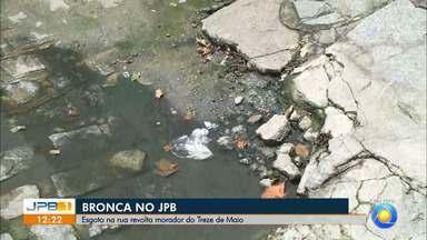 Bronca no JPB 1: telespectador pede ajuda para acabar esgoto a céu aberto em João Pessoa - Água suja incomoda moradores.