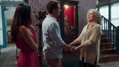 Vicente se emociona com o encontro de Daniel e Margot - Ela confessa que sentiu algo diferente ao abraçar o rapaz