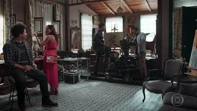 Alain conta sobre a história do seu filme para Daniel e Letícia - Daniel fica surpreso ao descobrir que se trata da vida de Julia Castelo