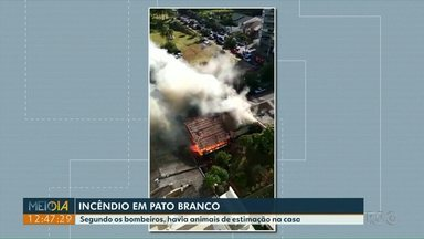 Casa no Centro de Pato Branco fica destruída em incêndio - Ninguém ficou ferido. Família estava no enterro da dona da casa.