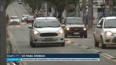 Curitiba tem sete faixas exclusivas para ônibus, mas nem todos os motoristas respeitam - Nossas equipes flagraram muitos carros trafegando no lugar que é reservado ao transporte público da cidade.