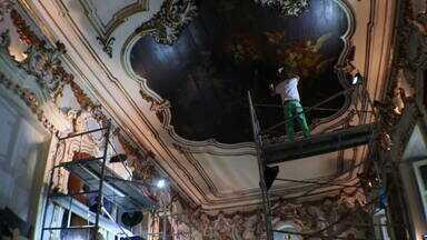 Igreja de 230 anos passa por um grande trabalho de restauração - No Largo de São Francisco, no Centro do Rio, restauradores trabalham na Capela Nossa Senhora da Vitória. Eles estão recuperando as obras de Manoel da Cunha, do século XVIII.