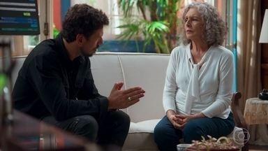 Margot revela a Alain que Daniel é a reencarnação de Danilo - Ela pede que o cineasta vá mais uma vez ao casarão de Julia e explica que todos eles reencarnaram para tornar o amor de Julia e Danilo possível nesta vida