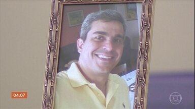 Enterrado em SP corpo de tenente-coronel da FAB morto em queda de avião - O corpo do tenente-coronel Anderson Jean Silva foi enterrado em São José dos Campos. Ele morreu na queda do avião que pilotava no sul de Minas Gerais. O homem que viajava com ele também não resistiu aos ferimentos.
