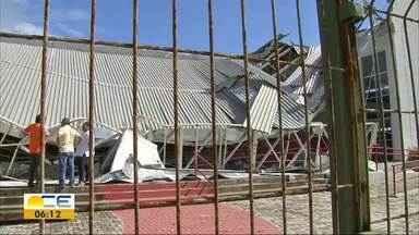 Alunos denunciam estrutura de escola no Vicente Pinzón - Teto e muro da instituição desabaram.