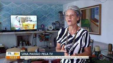 Televisão é a companhia preferida e indispensável em muitas casas do Sul do Rio - Pesquisa Ibope mostrou que moradores da região passam, em média, seis horas por dia na frente da telinha.