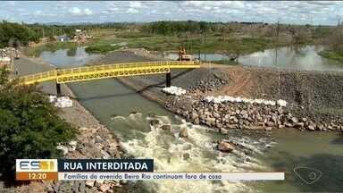 Com rua interditada, famílias da Beira Rio continuam fora de casa em Linhares, ES - Quase 30 famílias deixaram as casas por risco de barragem romper.