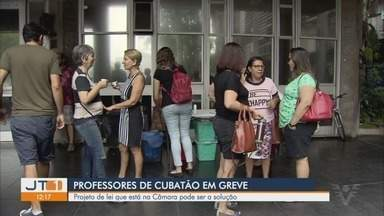 Professores Municipais de Cubatão, SP, continuam em greve - Prefeitura mandou na sexta-feira (26), um projeto de lei para a Câmara criando uma compensação aos professores, mas eles querem mais informações sobre esse projeto.
