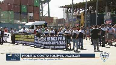 Portuários protestam na Libra, em Santos, SP, contra possíveis demissões - Com o anúncio do fechamento da Libra Terminais para operações no Porto de Santos, os funcionários vivem dias de incerteza.