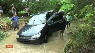 Chuva causa três mortes em Reriutaba (CE) - Em Reriutaba, no Ceará, três pessoas morreram por causa da chuva. Duas estavam dentro de um carro que foi arrastado pela força da correnteza. A outra vítima morreu tentando ajudar quem estava dentro do veículo.