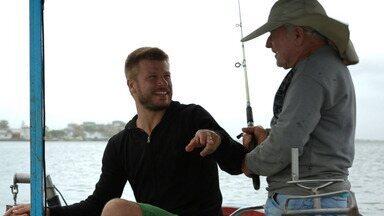 Verão: Linguado Crocante - Hilbert sai para pescar usando a linha como instrumento de trabalho. Ao retornar, prepara para um linguado na crosta de pão, com molho de butiá e purê de batata baroa.