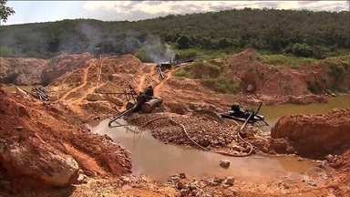 Polícia Federal destrói seis garimpos clandestinos de diamantes em Minas Gerais - O garimpo clandestino de diamantes foi descoberto às margens do rio Jequitinhonha, em Minas Gerais. A quadrilha movimentava cerca de R$20 milhões por mês.