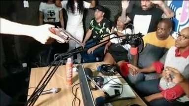 Assalto a rádio de SP é transmitido ao vivo pela internet - Os ladrões invadiram o estúdio, interromperam o programa e levaram tudo dos apresentadores e dos convidados. Em casa, os fãs do programa acompanharam tudo em tempo real.