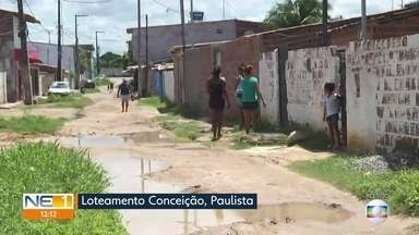 Moradores de Paulista cobram melhorias em rua - Via, que não tem pavimento, está cheia de buracos e com água acumulada