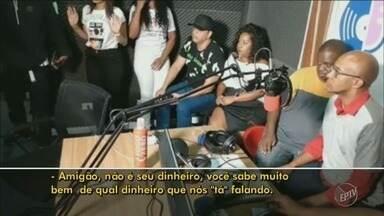 Rádio da capital é invadida por 3 criminosos durante programa de samba - Rádio, que fica no Bairro Jardins, em São Paulo, foi invadida e assalto foi transmitido ao vivo.
