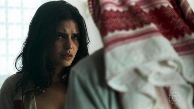 Laila aceita se casar com Aziz para salvar Kháled - Ao saber que irmão precisa ser transferido para um hospital particular, ela decide ir atrás do sheik