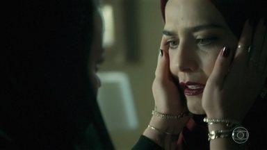 Dalila impede Aziz de agredir Soraia - O sheik se irrita ao saber que sua primeira esposa ajudou Laila a fugir e garante que irá encontrar a noiva para consumar o casamento