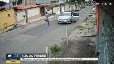 """É tanto assalto, que rua é conhecida como """"Rua do Perdeu"""" - Na rua João XXIII, em Nova Iguaçu, moradores deram esse apelido que nenhuma rua gostaria de ter. Assaltos são diários."""