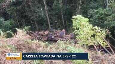 Carreta carregada com bois tomba na ERS-122 - Veículo se dirigia no sentido da Serra para Porto Alegre.