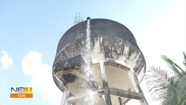 Vazamento em reservatório provoca desperdício de água em Olinda - Compesa enviou técnico para fechar a válvula da caixa d'água, no bairro de Peixinhos.