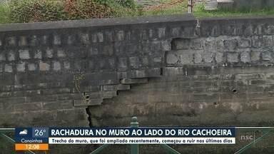 Jefferson Saavedra: rachadura no muro de contenção ao lado do Rio Cachoeira - Jefferson Saavedra: rachadura no muro de contenção ao lado do Rio Cachoeira