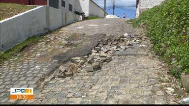 Moradores do Padre Zé reclamam que rua esburacada coloca em risco motoristas e pedestres - Os paralelepípedos estão soltos.