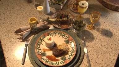 Confira a receita de filé regado com molho agridoce de abacaxi - Veja também a salada tropical com a fruta, uma boa sugestão para o almoço e jantar.