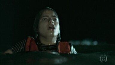 Laila chama por Elias e Missade no meio do naufrágio - A situação é caótica no mar após o ataque ao bote dos refugiados