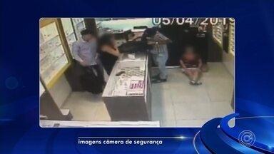 Câmeras de segurança flagram roubo a joalheria em Itu - Dois homens roubaram uma joalheria em Itu (SP) nesta sexta-feira (5). Câmeras de segurança da loja registraram a ação.