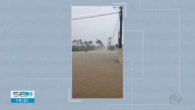 Lagarto tem vários pontos de alagamentos devido às chuvas desta sexta-feira - Um motoqueiro foi arrastado pela água após moto cair em bueiro.