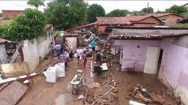 Chuva intensa deixa mortos e desabrigados no Piauí - Só em abril, choveu a metade do esperado para abril inteiro. Em Teresina, uma enxurrada deixou dezenas de desabrigados.