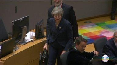 Primeira-ministra britânica pede à União Europeia mais uma extensão do prazo de separação - Theresa May quer adiamento até 30 de junho. Todos os 27 países do bloco precisam aprovar o pedido. A reunião de emergência será na quarta-feira. Nos termos atuais, o divórcio está marcado para dia 12 de abril.