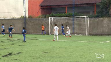 Atletas se destacam durante Campeonato Estadual de futebol de '7' - Em um dos jogos, destaque para o artilheiro que virou o placar e a jogadora sem receio de enfrentar os meninos.