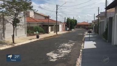 """Prefeitura retira galhos de ruas no bairro Real Paraiso em Monte Alto, SP - Problema apareceu três vezes no quadro """"Até Quando?'."""