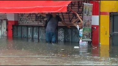 Em São Paulo, temporal deixa regiões da cidade em atenção, por risco de alagamentos - O temporal durou pouco mais de meia hora. A chuva foi tão forte que, mesmo dentro do metrô, na Linha Lilás, as pessoas tinham que correr para não se molhar.
